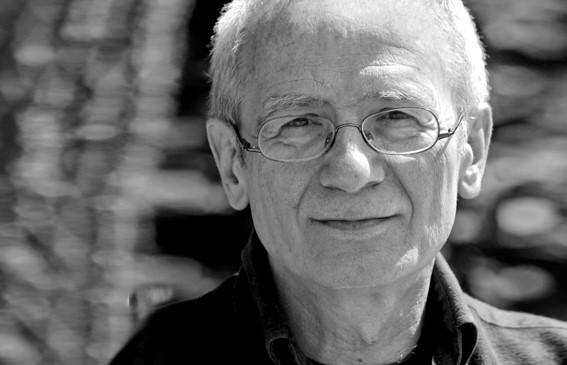 Arno Aschauer, Mentor der Masterclass des Drehbuchpreises Schleswig-Holstein, in Schwarz-Weiß Portrait.